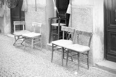 Die Stühle, die mit dem Namen des Kunden markiert wurden, verließen den Eingang lizenzfreie stockfotografie