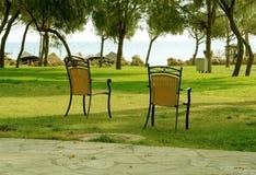 Die Stühle im Garten. Lizenzfreie Stockbilder