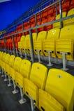 Die Stühle am Stadion stockfoto