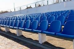 Die Stühle am Stadion Lizenzfreies Stockfoto