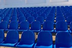 Die Stühle am Stadion Lizenzfreie Stockfotografie
