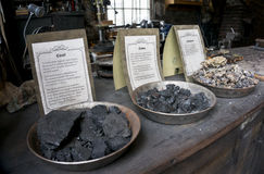 Die Stadien der Kohle brennend für einen Schmied kaufen Stockfotos
