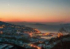 Die Stadt auf der Küste wacht auf stockbilder