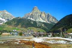 die Stadt am Fuß der Alpen Stockbild