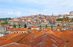 Die Stadt hinter den Dächern Stockfoto