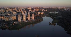 In die Stadt mit Stadtbildsonnenuntergangansichten niedrig vorbei fliegen Pixel 4k 4096 x 2160 stock video footage