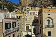 Die Stadt von Atrani, auf der Amalfi-Küste, in Italien stockbilder