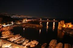 Die Stadt von Byblos (Jbeil) durch Nachtansicht über Kanal lizenzfreies stockbild