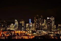 Die Stadt von Calgary belichtete im Stadtzentrum gelegene Skylinenachtansicht stockfoto
