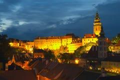 Die Stadt von Cesky Krumlov nachts Lizenzfreie Stockfotografie