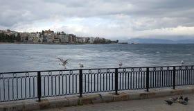 Die Stadt von Chalkida, Griechenland mit drastischem Himmel stockfotografie