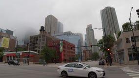 Die Stadt von Chicago an einem nebeligen Tag - CHICAGO, USA - 12. JUNI 2019 stock video