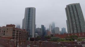 Die Stadt von Chicago an einem nebeligen Tag - CHICAGO, USA - 12. JUNI 2019 stock footage