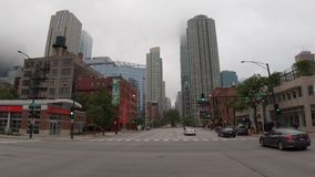 Die Stadt von Chicago an einem nebeligen Tag - CHICAGO, USA - 12. JUNI 2019 stock video footage