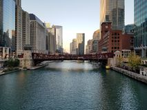 Die Stadt von Chicago und von Chicago River lizenzfreie stockbilder