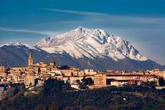 Die Stadt von Chieti und hinter dem Berg von Gran Sasso Lizenzfreies Stockfoto