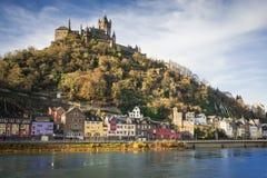 Die Stadt von Cochem, Deutschland mit seinem auftauchenden Schloss stockbild