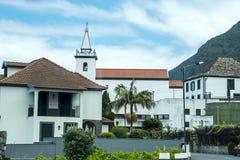 Die Stadt von Faial, das von Eagle Rock übersehen wird, ist im Ostbereich von Madeira Lizenzfreie Stockfotos