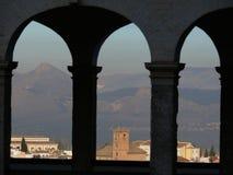 Die Stadt von Granada gestaltete durch die Bögen einer Säulenhalle lizenzfreies stockbild