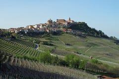 Die Stadt von La Morra in der Piemonte-Weinregion von Nord-Italien lizenzfreies stockbild