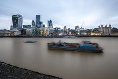 Die Stadt von London mit seinen ausgezeichneten Wolkenkratzern stockfotografie
