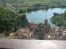 Die Stadt von Miravet mit dem Fluss der Ebro, Tarragona lizenzfreie stockfotografie