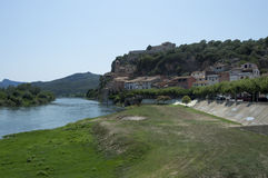 Die Stadt von Miravet und von Ebro stockfotografie