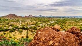 Die Stadt von Phoenix im Tal des Sun gesehen von den roter Sandstein Buttes in Papago-Park lizenzfreie stockfotografie