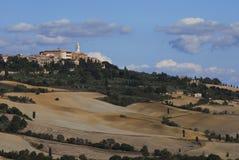 Die Stadt von Pienza in der toskanischen Landschaft Stockbild