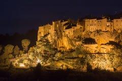 Die Stadt von Pitigliano nachts stockbilder
