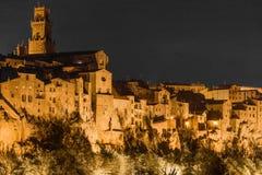 Die Stadt von Pitigliano nachts stockbild