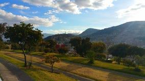 Die Stadt von Quito unter Bergen lizenzfreies stockfoto