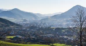 Die Stadt von Ruzomberok und von Dorf von Likavka stellte im Tal zwischen den Bergen auf lizenzfreie stockbilder