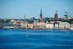 Die Stadt von Stockholm-Ansicht vom Meer Lizenzfreie Stockfotos