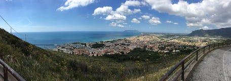 Die Stadt von Terracina mit blauem Himmel und Wolke Lizenzfreie Stockfotos