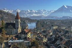 Die Stadt von Thun, der See und die Berge lizenzfreie stockfotos