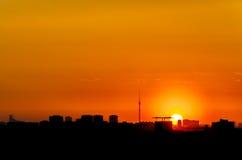 Die Stadt wird in der Dunkelheit untergetaucht lizenzfreie stockbilder