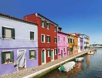 Die Stadtlandschaft auf der Insel von Burano mit hellen bunten Gebäuden, Venedig Lizenzfreie Stockfotografie