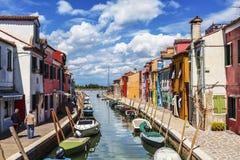 Die Stadtlandschaft auf der Insel von Burano mit hellen bunten Gebäuden, Venedig Lizenzfreie Stockbilder