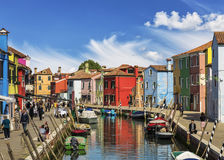 Die Stadtlandschaft auf der Insel von Burano mit hellen bunten Gebäuden, Venedig Stockfoto