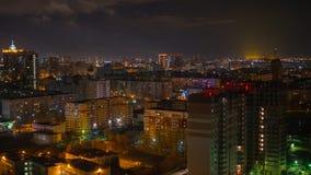 Die Stadtlichter nachts Schießen von den Höhen mit Brummen Stockfoto
