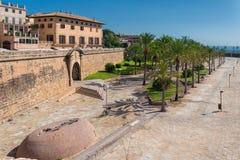 Die Stadtmauern sind zur Kathedrale von Mallorca nah lizenzfreie stockbilder