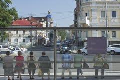 Die Stadtmenschen an den Bushaltestellen Stockfotos