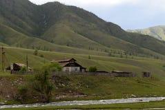 Die Stadtrände des Dorfs von onguday in den Altai-Bergen, Sibirien, Russland stockbilder