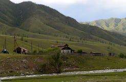 Die Stadtrände des Dorfs von onguday in den Altai-Bergen, Sibirien, Russland stockfotografie