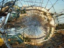 Die Stadtreflexion in einem defekten Spiegel Stockbild