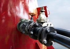 Die Stahlbenzinleitungen, die mit Installationen rostig sind, verbinden mit Schrauben und Nüssen Stockfotos