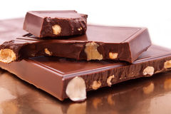 Die Stange der Milchschokolade mit Erdnüssen Lizenzfreies Stockbild