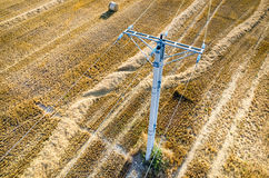 Die Starkstromleitungen auf der Weizenstoppel Stockbilder