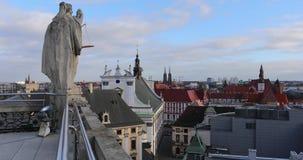 Die Statue auf dem Dach stock footage